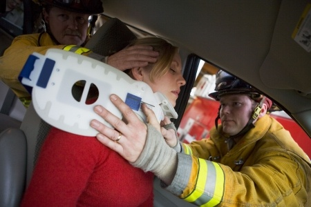 Firefighters are putting a neck brace to an injured woman